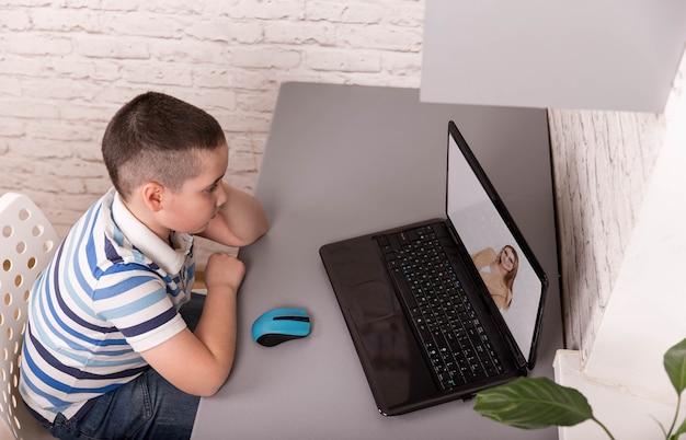 Criança usando gadgets para estudar. educação e ensino à distância para crianças
