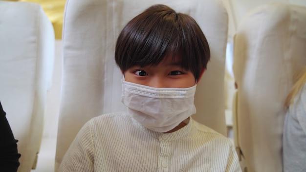 Criança usando máscara em um avião