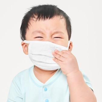 Criança usando máscara facial