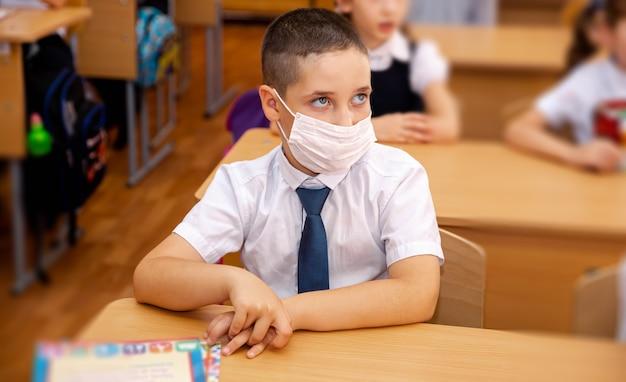 Criança usando máscara na escola