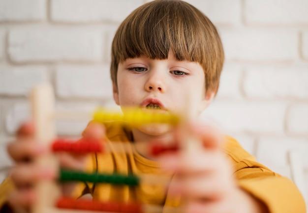 Criança usando o ábaco em casa