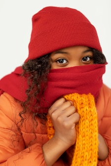 Criança vestindo roupas quentes de perto