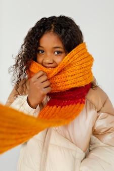 Criança vestindo roupas quentes