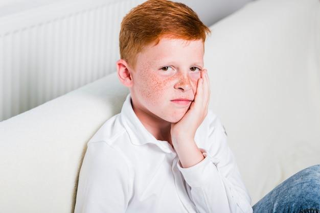 Criança vista lateral, experimentando, toothache