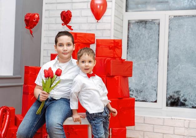 Crianças adoráveis fazendo surpresa para a mãe em casa dois lindos filhos