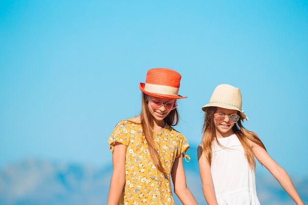 Crianças adoráveis na praia durante as férias de verão