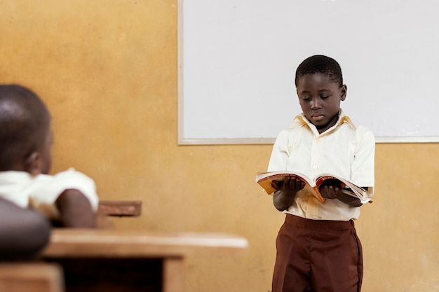 Crianças africanas dando uma aula na escola