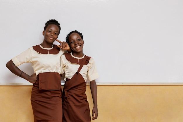 Crianças africanas na aula na escola