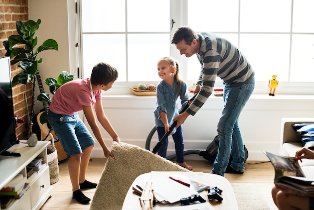 Crianças ajudando tarefas domésticas