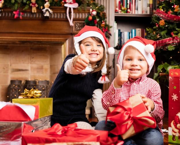 Crianças alegres com polegares acima