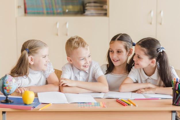 Crianças alegres conversando durante a aula