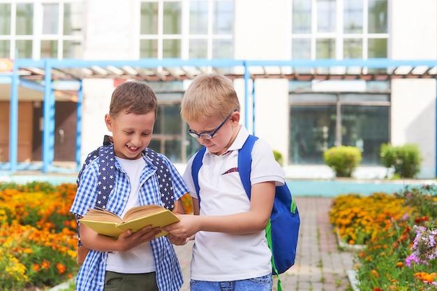 Crianças alunos se comunicam na escola.