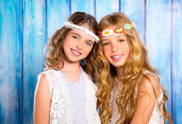 Crianças amigas meninas hippie estilo retro sorrindo juntos