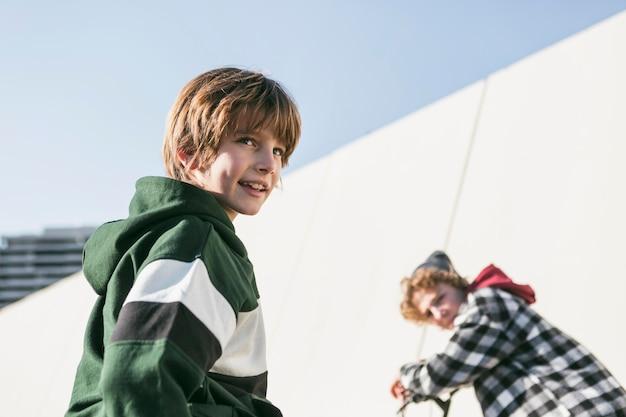 Crianças andando de bicicleta juntas ao ar livre Foto Premium