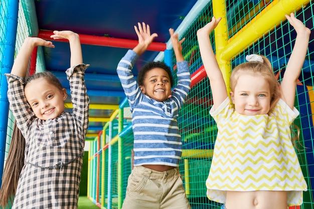 Crianças animadas no play center