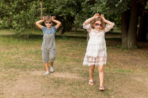 Crianças ao ar livre com fantasia de halloween