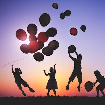 Crianças, ao ar livre, tocando, com, balões