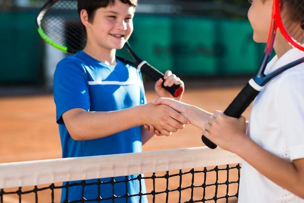 Crianças apertando as mãos antes do jogo