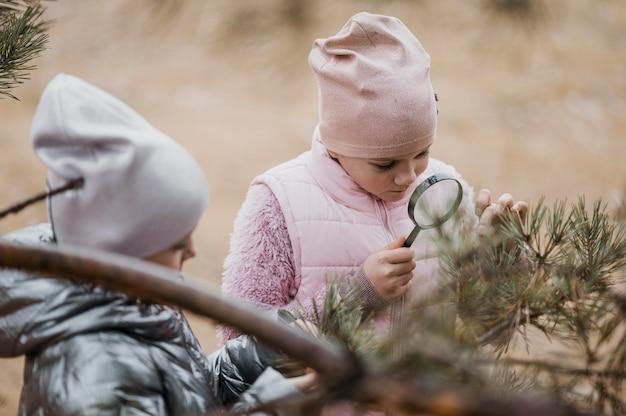 Crianças aprendendo ciências na natureza