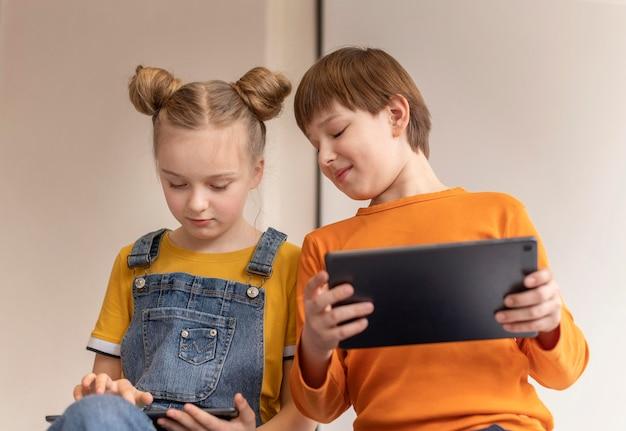 Crianças aprendendo com dispositivos de tiro médio