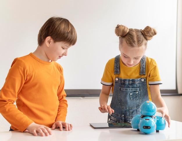 Crianças aprendendo com dispositivos