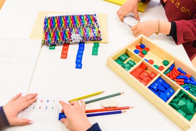 Crianças aprendendo enquanto estudam na escola.