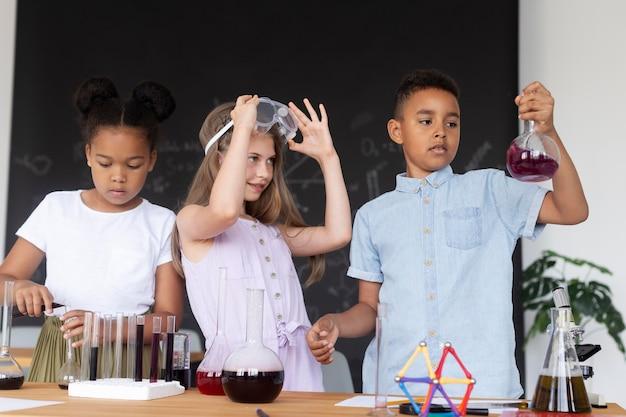 Crianças aprendendo mais sobre química nas aulas