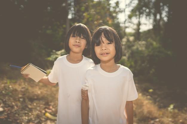 Crianças aprendendo na natureza da floresta