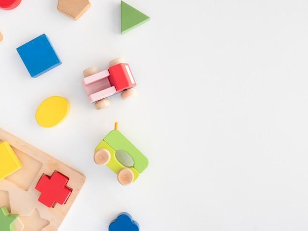 Crianças aprendendo o conceito com empilhamento de brinquedos