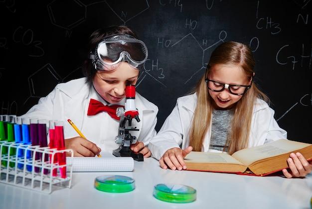 Crianças aprendendo química em laboratório