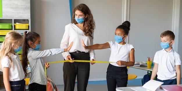Crianças aprendendo sobre as regras da pandemia