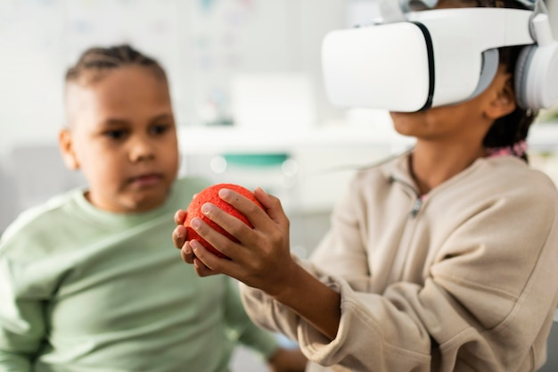 Crianças aprendendo sobre o universo