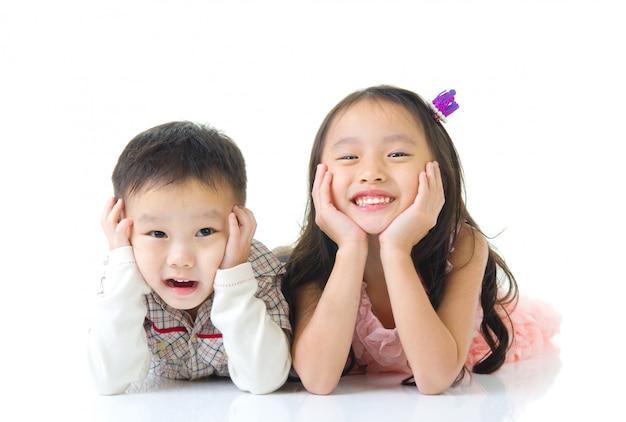 Crianças asiáticas deitado no chão