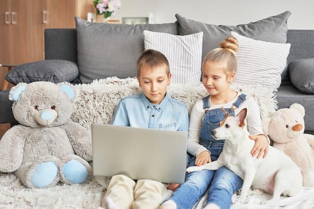 Crianças assistindo vídeos no laptop