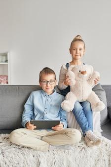 Crianças assistindo vídeos no tablet