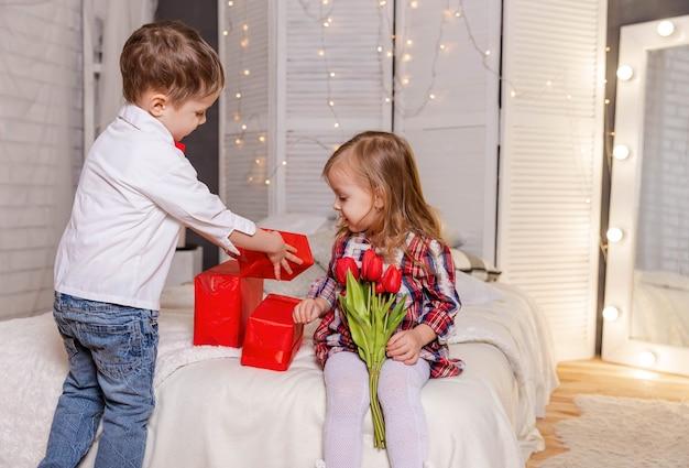 Crianças atraentes para sempre amigos garotinha e garotinho aproveitam a vida