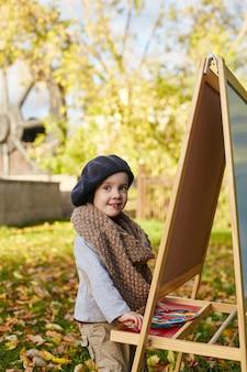 Crianças bebê artista pintar roupas de primavera outono