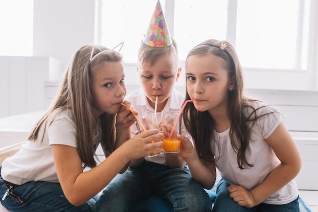Crianças, bebendo, aniversário, partido