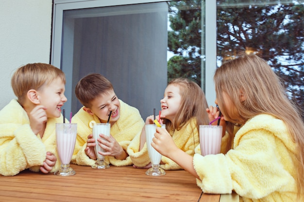 Crianças bebendo batidos