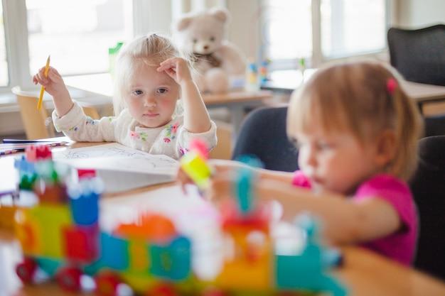 Crianças bonitas desenhando na creche