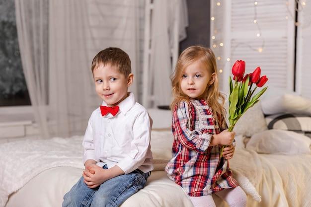 Crianças bonitas e elegantes, amor verdadeiro, crianças felizes em roupas casuais