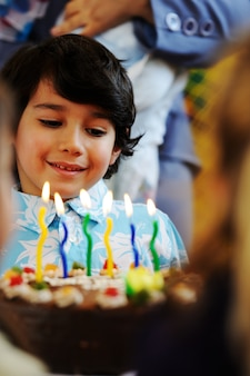 Crianças bonitos comemorando festa de aniversário no parque infantil
