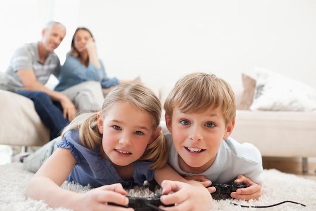 Crianças brincadeiras jogando videogames com seus pais no b