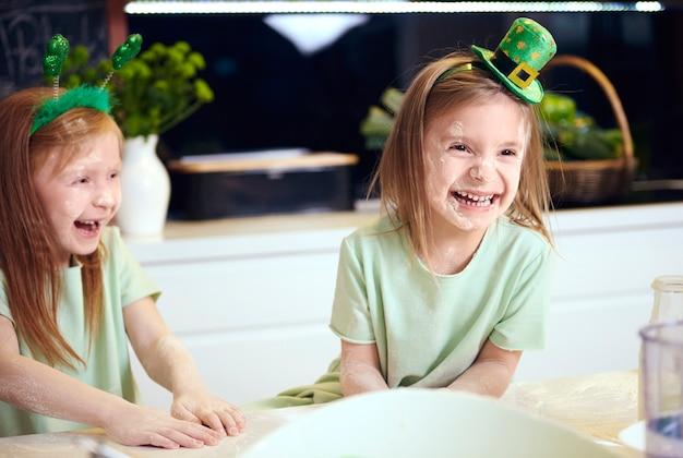 Crianças brincalhonas brincando com a farinha