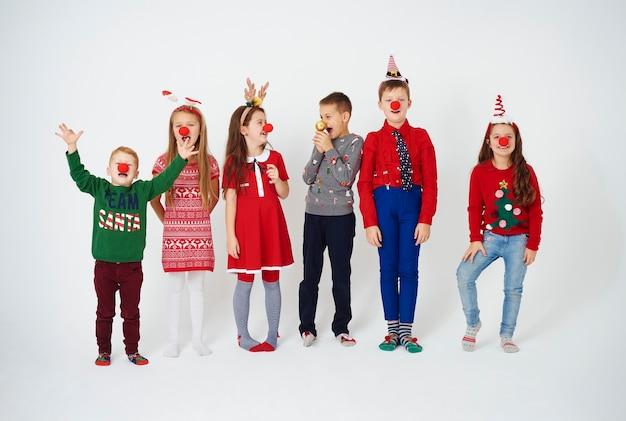 Crianças brincalhonas com nariz de palhaço