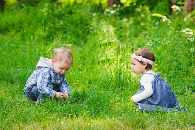 Crianças brincam ao ar livre na grama