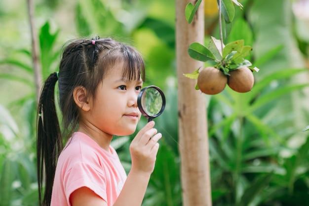 Crianças brincam e exploram no jardim conceito de jardinagem ecológica e vida sustentável