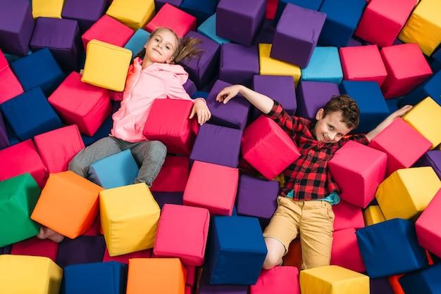 Crianças brincam no centro de entretenimento infantil