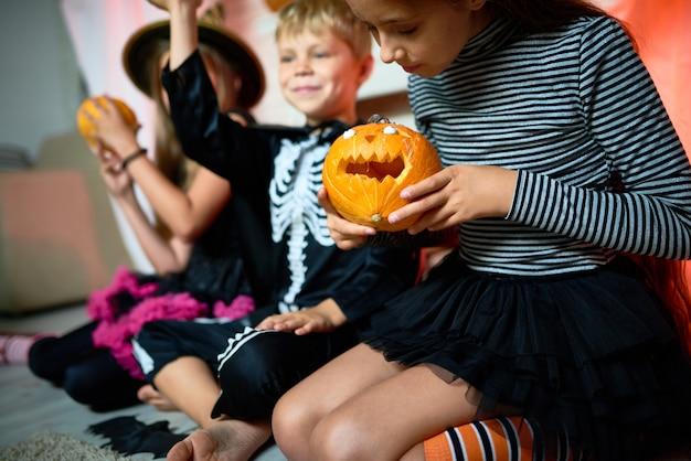 Crianças brincando com abóboras no halloween