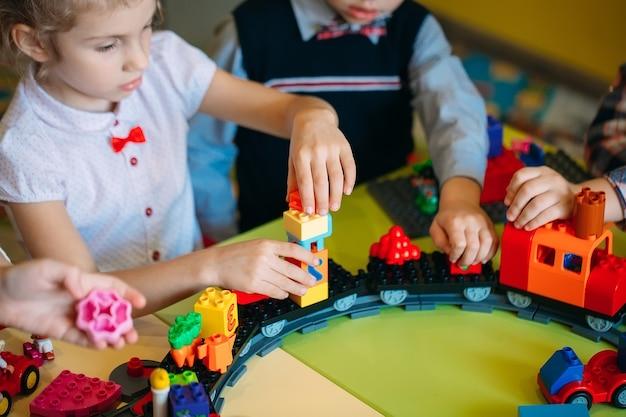 Crianças brincando com blocos construtores na aula